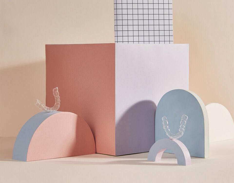 Aparelho em cima de caixas com formatos geométricos
